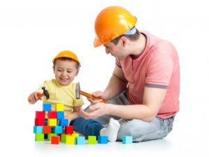 Папа и сын играют в лего