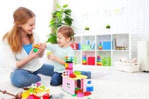 Мама и сын играют в лего